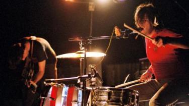 Unge californiske rockmusikere er begyndt at suge af garagerocken og den psykedeliske rock for at revitalise rockens dna i et uvejr af støj og dårlig lyd, som giver rocken et potentiale for fornærmelse tilbage