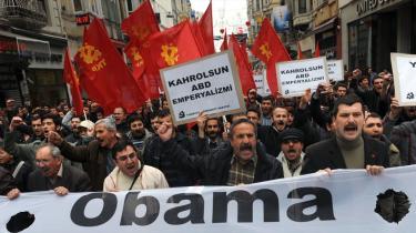 Der blev protesteret på gaderne mod Vestens besøg i Tyrkiet i går. Og skal man tro det formentlig kommende Europaparlamentsmedlem Jens Rohde, er det store muslimske land på grænsen mellem Europa og Mellemøsten i gang med at gøre enhver drøm om EU meget utopisk.