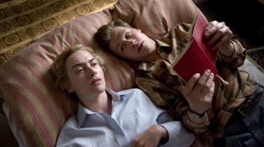 Michael (David Kross) og den dobbelt så gamle Hanna (Kate Winslet) læser op for hianden - og gør andre ting også. Men Hanna har en hemmelighed.