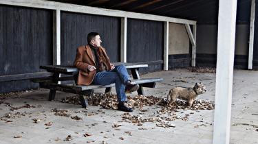 Hunden Uffe og dens ejer, den nu pensionerede præst fra Tårbæk Sogn, der netop har udgivet sine ugudelige prædikener fra 2005-2008. Og stadig ikke tror på Gud.