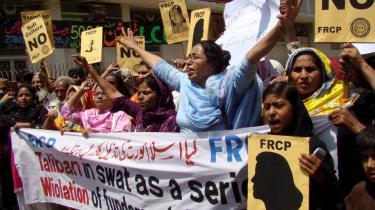 En grum videooptagelse, hvor en 17-årig pakistansk pige udsættes for piskestraf i fuld offentlighed, rejser spørgsmål - ikke blot om Islamabads politiske linje, men om selve karakteren af den pakistanske stat