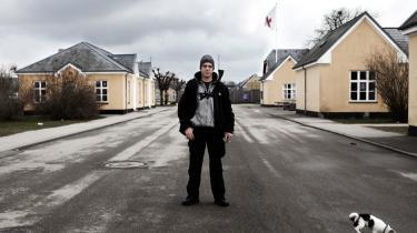 De har hverken ret til uddannelse, arbejde eller til at stifte et hjem. Efter tuneserloven trådte i kraft, er 17 ud af 21 udlændinge på tålt ophold blevet pålagt opholds- og meldepligt i Center Sandholm. Det er utåleligt, fortæller de til Information