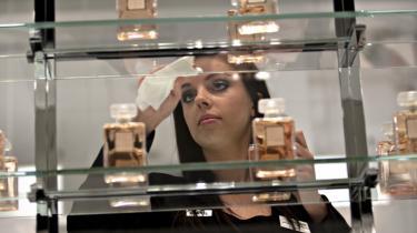 Camilla Frantsen, der er såkaldt -personlig salgsassistent med speciale i stormagasiner- og med ekspertise i det franske kosmetik og parfumemærke Chanel, tror ikke, at hendes udseende har haft betydning for, at hun fik jobbet.