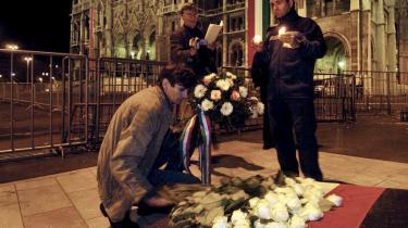 Tre ungarere får lov til at lægge blomster ved mindestedet 50 år efter 1956 oktoberoprøret i Budapest, der sendte op mod tusind ungarere på flugt. Johanna Adorjáns bedsteforældre var blandt de, der flygtede til Danmark. Det har hun skrevet en bog om.