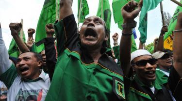 Hvis Vesten ønsker en forbedret dialog med den muslimske verden, skal vi ikke reagere med hysteri, når et islamistisk parti står foran en demokratisk sejr. Her demonstrerer tilhængere af et indonesisk islamistisk parti i Jakarta.