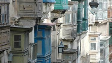 Alsidigt. Malta rummer både impossante historiske bygningsværker og pittoreske fiskerbyer med stejle gader og roligt middelhavstempo.De gamle huse er bemærkelsesværdige i hovedstaden Valetta, opkaldt efter johanitter-stormester Jean de Valette, som grundlagde byen.