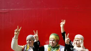Foreløbig er det kun de jordiske rester af 100 af de op mod 7.000 forsvundne kurdere, der er blevet udgravet. Udgravningerne giver de efterladte mulighed for at give deres pårørende en værdig begravlese. På billedet fejrer kurdiske kvinder forårets komme i Diyarbakir.