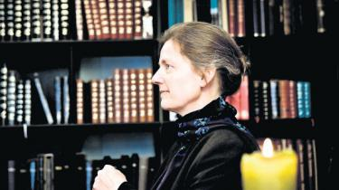 Generalsekretær for Bibelselskabet og eneste kvindelige bejler til det ledige bispesæde i Køben-havn Tine Lindhardt er en flittig læser. Helst læser hun i Bibelen, men Moran-tes og Eco går også an. Til gengæld holder hun sig langt væk fra Liza Marklund