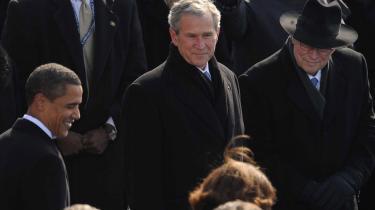 Både den afgående præsident Bush og hans vicepræsident, Dick Cheney, overværede Obamas indsættelse i januar. Nu lyder kritikken, at Obamas udenrigspolitik er meget lig den tidligerere administrations, skriver Claus Elholm Andersen.