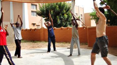 Jacques Matthiesen og hans skuespillere varmer op bag ved teatret i Segou i Mali.