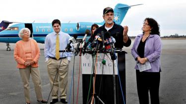 Kaptajn Richard Phillips taler ved en pressekonference i Burlington Lufthavn efter at have tilbragt fem dage i somaliske piraters varetægt, indtil amerikanske frømænd dræbte tre af piraterne og reddede kaptajnens liv.