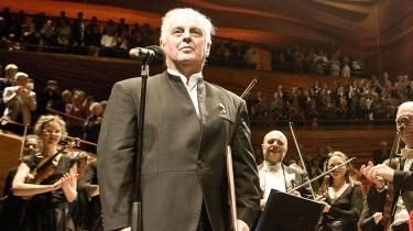 Daniel Barenboim kvitterede for æren og Sonningprisens 600.000 kr. ved at spille klaver så virutost, at han trak al opmærksomheden i DR-s koncertsal til sig.