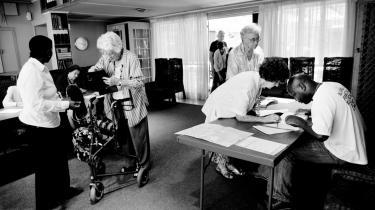 Ved et valgsted i et rigt, hvidt område af hovedstaden Pretoria registrerer vælgerne sig for at få mulighed for at stemme til dagens valg.