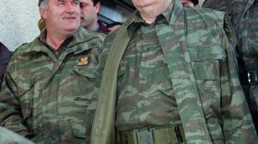 Krigsforbryderen. Manden bag nogle af de værste massemord og massakrer i nyere europæisk historie, Radovan Karadzic, som han blev kendt, da han var bosnisk serbisk leder i 1990-erne. Her i selskab med den bosnisk serbiske militære chef, Ratko Mladic.