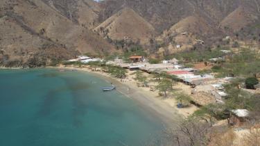 Taganga. Den lille fiskerby i det bordlige Colombia har de senere år oplevet en stærk stigning i turismen. Det skyldes i ifølge en lokal taxachauffør, at 'colombianerne er meget elskværdige'.