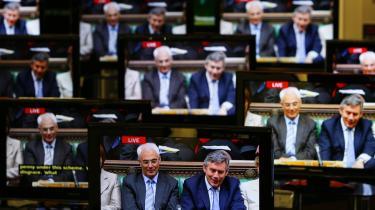 Den britiske finansminister Alistair Darling (t.v.) på tv efter, at han torsdag fremsatte finansloven. Nu anklages regeringen for at have tvunget den Internationale Valutafond til at trække en rapport tilbage, der havde andre konklusioner end regeringens, og oppositionen kræver, at både Darling og premierminister Gordon Brown (t.h.) drages til ansvar.