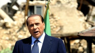 Premierminister Silvio Berlusconi markerede årsdagen for Italiens befrielse ved en mindehøjtidelighed i landsbyen Onna, som blev hårdt ramt af jordskælvet i starten af denne måned.