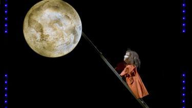 Hvis man kravler op ad stigen, kan man i hvert fald nå op til Månen, lyder det med barnelogik i Meridiano Teatrets skønne forestilling, -Anima-, om døden.