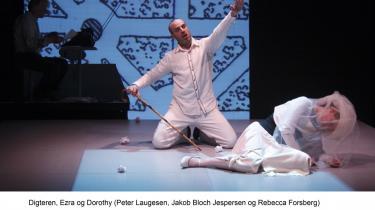 Odin Teatret og Ensemble Midtvest har lavet en seværdig og høreværdig kammeropera, hvor vreden har hovedrollen, stokken er den vigtigste karakter og skrivemaskinen et uundværligt bidrag til musikken