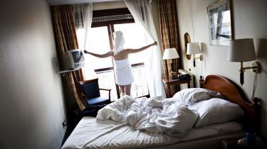 Information har besøgt det CO2-neutrale hotel 'Hotel Danmark' i København for at teste, hvor bæredygtigt det er. Avisens udsendte medarbejder har formastet sig til - uden hensyntagen til miljøet - at bruge begge håndklæder.
