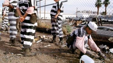 Masseindespærring. Siden midten af 1970-erne er fængselsbefolkningen vokset år for år, og den aktuelle samlede fængselsbefolkning i USA på 2,3 millioner mennesker er helt uden fortilfælde i amerikansk historie. Ser man på det nutidige amerikanske fængselsfænomen, ser man med andre ord konturerne af en -masseindespærring-, der kan siges at være i familie med det sovjetiske Gulag.