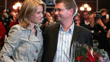 Formandsopgøret i 1992 plager stadig Socialdemokraterne, som siden har vogtet over hinanden. Alle tiltag er blevet spejlet i fløjpositioner, og kampen om magten i partiledelsen har overskygget kontakten til medlemmerne. Løsningen er dén, som blev fravalgt i 1992: Den tyske model