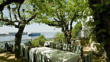 »Det er ikke bare banal luksus at bo på Hotel Louis C. Jacob. Man er del af et smukt digt. De krogede lindetræer, de gigantiske skibe. De vil noget mere.«
