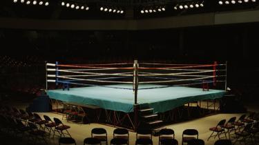 Tom kampplads. Alle ville have gavn af en boksekamp mellem de to danske mellemvægterchamps Mikkel Kessler og Mads Larsen - ikke mindst boksesporten har brug for pengene. Men det er en kamp, der næppe vil finde sted.