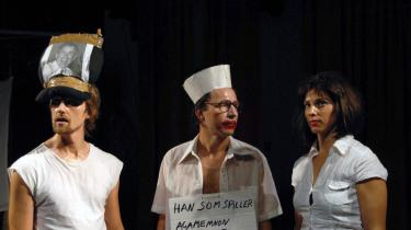 Hærfører eller klovn, offer eller medløber? Agamemnons rolle fanges kynisk af meningsløshedens kamera i det norske gæstespil -Ifigeneia- på Teater Får 302.