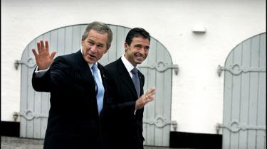 Den ukritiske tilpasning til George W. Bush- amerikanske regering er det eneste sikre og faste holdepunkt i Foghs udenrigspolitiske linje. Arkiv
