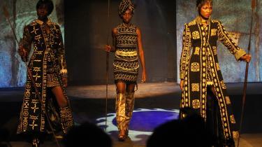 Disse kenyanske modeller ved et modeshow i Nairobi fredag gik også ind for at nægte mænd sex, indtil der er garanteret fred i landet.