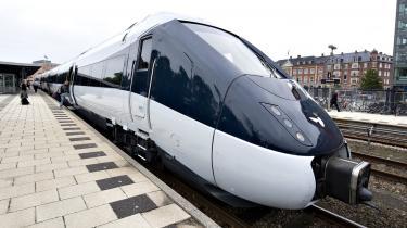 Et par tidligere direktører i jernbanesektoren siger, at passagererne nu er i den værst tænkelige situation. Få IC4-tog kører alene sporadisk rundt. Nytteværdien er lille. Nu kan ét sammenkobles, men så er der alle de andre, der med DSB-s ord er ramt af sygdommen -fejl-.