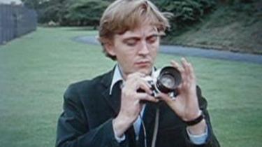 Billedet, som en blasert britisk modefotograf i Antonionis Blowup - var det mord? tager i en park, synes snarere at mumle eller hviske
