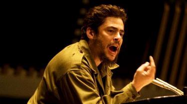 Benicio Del Toros Che er ikke en flamboyant, udadvendt type som Fidel Castro, men han vokser med opgaven, og bag det afdæmpede, altid velovervejede ydre fornemmer man i glimt det engagement, som Soderbergh taler om, og som førte Che i døden.