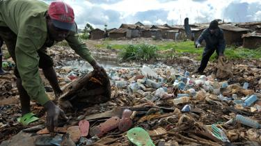 Internationale forpligtelser giver fokus på, hvornår regeringer har undladt at handle eller handlet i modstrid ved f.eks. at rydde slum-beboelser uden kompensation, overgivet kollektive jordrettigheder til multinationale mineselskaber eller tilladt dumpning af livsfarligt kemisk affald i beboelsesområder.