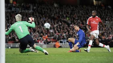 Scoring. Cristiano Ronaldo scorer sit andet mål i tirsdagens ydmygelse af Arsenals.