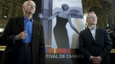 Gilles Jacob (tv.), formanden for Cannes Filmfestivalen, der løber af stablen for 62. gang i år, ses ved pressekonferencen i april, hvor listen over film i hoved-konkurrencen blev afsløret. Til højre ses festivalens kunstneriske leder, Thierry Fremaux, foran dette års officielle Cannes-plakat