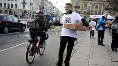 Cyklisme er højt prioriteret i Københavns Kommunes klimaplan. Men hvor er beregningerne for CO2-udslippet for Nordhavnsvejen og Metroringen? Her er det trafikchefen ved Københavns Kommune, der uddeler morgenbrød til forbipasserende cyklister.