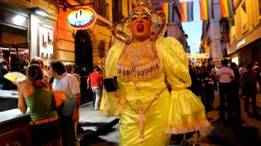 Tæt på. I Madrid er der sløve formiddage, farverige fiestaer - og seriøs siesta. Bydelen Malasaña er stadig et af madrillenernes absolutte favoritsteder at gå i byen, og det gælder for såvel unge som ældre. Og generelt for Madrid gælder det, at man ikke oplever byen til fulde fra en turistbus. Man skal ind i byen. Helt ind, hvor man oplever, hvordan madrillenerne lever deres liv.