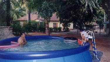 Propagandakrigen raser mellem den srilankanske hær og oprørsbevægelsen De Tamilske Tigre. Regeringshæren har offentliggjort billeder fra oprørslederen Vellupillai Prabhakarans familiealbum, der viser, at han ikke har tilbragt hele livet i en bunker, men også har boltret sig i en swimmingpool og spist godt.