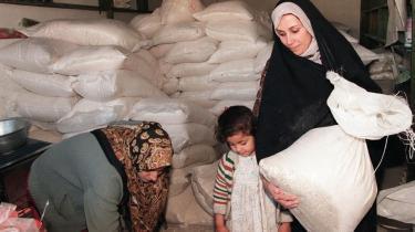 Adskillige ansatte i Udenrigsministeriet kendte til Irak-bestikkelse. Det viser dokumenter, som Information er i besiddelse af. Statsadvokaten forbereder retssag mod flere danske firmaer, der handlede med Saddam Hussein. Flere udenrigsministre ventes afhørt