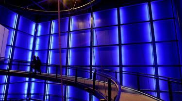 Fastholdelse. Danfoss i Sønderborg er en af de virksomheder, som har betydning for at tiltrække den kreative klasse til et område uden for motorvejen mellem København og Århus. Det er godt for byen at have mange højtuddannede - og godt for virksomheden, at arbejdskraften er til at få fat på. Billedet er fra åbningen af Danfoss Universe - en science- og oplevelsespark for hele familien i 2005.