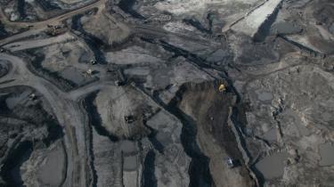 I det vestlige Canada bliver træerne ryddet og jorden skrællet af, når tjæresandet skal udvindes. I de indianske landsbyer i området er indbyggerne begyndt at dø af kræft, efter at man er begyndt at udvinde olien, og Canada kan ikke leve op til Kyoto-forpligtelserne
