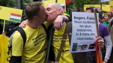 I Riga var der store protester forud for weekendens homoparade - her to af deltagerne. Under selve paraden var også moddemon-stranter mødt talstærkt op.