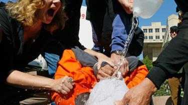På trods af mange protester er Obamas opgør med forgængerens torturmetoder blevet mindre radikalt end ventet - og nu indvender Republikanerne, at den vigtige Demokrat-leder Nancy Pelosi var briefet om, hvad der foregik - og ingen protester havde. Her er det demonstranter, der demonstrerer, hvordan waterboarding fungerer.