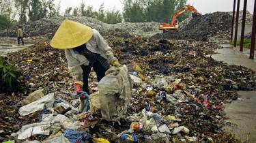 Danidas bistandsprojekter går for ofte til danske lønninger og for sjældent til de fattige. Her er det en kvinde, der sorterer affald på en losseplads i et renovationsprojekt støttet af Danida.