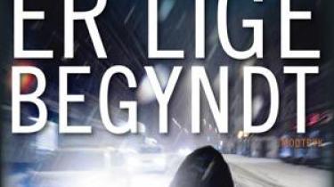 Dagens danske krimi skal helst være både international og overmåde lokal. Hesseldahls nye roman er begge dele og trækker lystigt på aktuelle danske historier. Det er professionelt og godt gjort