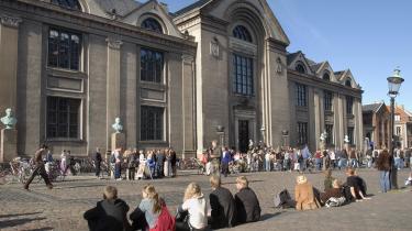 Universiteterne skal formidle viden til den danske befolkning, men de offentlige midler fordrer hverken bogudgivelser eller dansksprogede forskningsartikler.