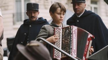 Spil. Har man en høj tolerancetærskel over for hyggeharmonika, musikalsk melodrama og romantiserede billeder af Paris, kan man godt læne sig tilbage og slappe af.