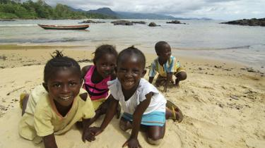 Paradis. Billeder af børn på stoffer, der affyrede Kalasjnikov-rifler, de knapt kunne løfte, chokerede verden, da Sierra Leone udkæmpede en blodig borgerkrig for 11 år siden. Nu - syv år efter - leger børnene igen, og turisterne er så småt begyndt at vende tilbage til det undervurderede turistmål.